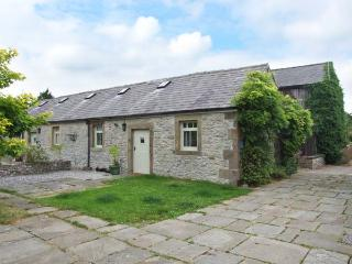 UNICORN COTTAGE, beautiful holiday home, ground floor bedroom, walks from the door, in Over Haddon near Bakewell, Ref 914516