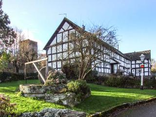 MAY COTTAGE, black and white timbered, WiFi, woodburning stove, garden with furniture, great walking base, in Eardisley, Ref 916763