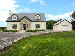CASTLE VIEW, detached, spacious house with WiFi and an open fire, garden with views, near Dunmore Castle, Ref 918221