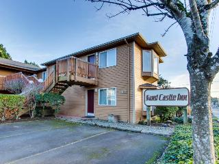 Family suite w/ 2 queen beds, full kitchen, pet-friendly, Cannon Beach