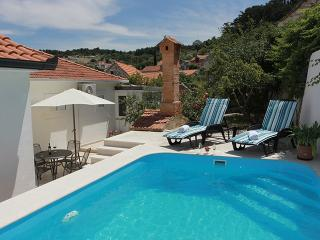 COMFORTABLE VILLA WITH GARDEN AND SWIMMING POOL, Nerezisca