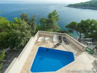 Frontline villa with pool for 18 people, Selca