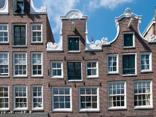 Guesthouse along the canal in historic center, Amsterdam