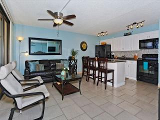 Great one-bedroom close to beaches, park, zoo… with AC, WiFi, pool, parking!, Honolulu