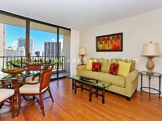 UPGRADED 2 bedroom, 1 bath, full kitchen, A/C, washer/dryer, WiFi, parking!, Honolulu
