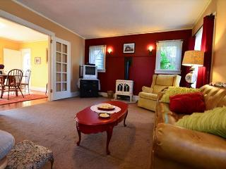 Cream City Cottage in Victorian Village of Ferndale and Separate Studio (fee)
