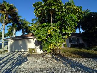 Ground level home in Fort Myers just minutes to the beaches