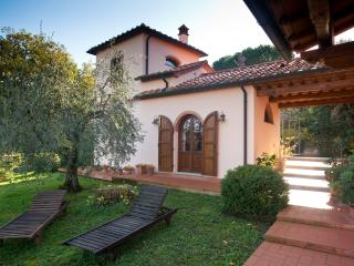 Villa in a farmhouse between sea, hills, history, Montescudaio