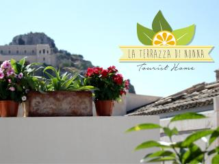 Holiday House 'La Terrazza di Nonna'... 2 bedrooms, 2 bathrooms, terrace with barbecue, Scicli
