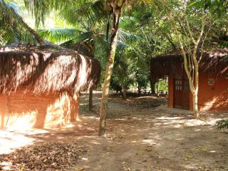 Earth Lodge in natural park - modern facilities, Arembepe