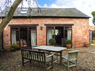 ORCHARD COTTAGE, detached, old brick cottage, en-suite, pet-friendly, romantic retreat, near Stratford-upon-Avon, Ref 917275
