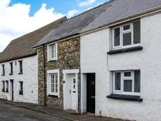CASTLE COTTAGE, cosy terraced cottage, enclosed covered courtyard, ideal for couples and small families, in Kidwelly, Ref 919036
