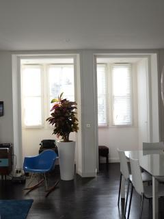 6 windows, sun in the morning and great day light. 6 fenêtres, soleil le matin, luminosité constante