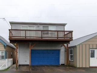 Cozy home across from the beach!, Rockaway Beach