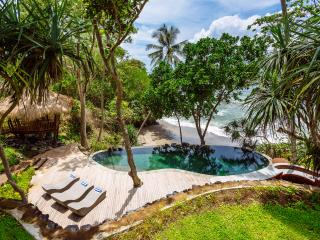 The Cove, Beachfront Bali Villa with Tennis Court, Tabanan