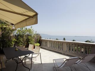 Alloro apartment private terrace wide lake view, Gardone Riviera