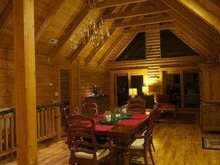 The Roost - 4 bd, 3 bath, 3200 sqft secluded Cabin, Fairview