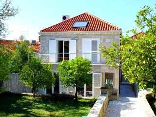 Quite 2+2 pax apartment in the old Cavtat