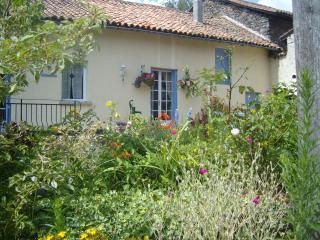 Comfortable House with Private Pool & Large Garden, La Chapelle Montbrandeix