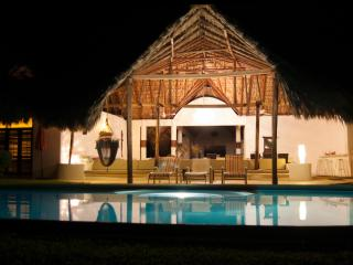Oceanfront Villa  Pool Pure Paradise -great rates!, Puerto Escondido