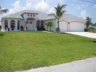 Stunning Waterside family Villa, pool, Games room,, Cape Coral