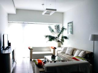 DOWNTOWN Stylish 5/5 2Bdr w/Balcony w/Parking, Tel Aviv
