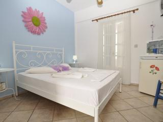 Manos Room for 2 only 1oo meters from the beach, Megas Gialos