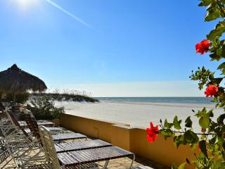 Gorgeous beach front Condo at Villa Madeira!, Madeira Beach