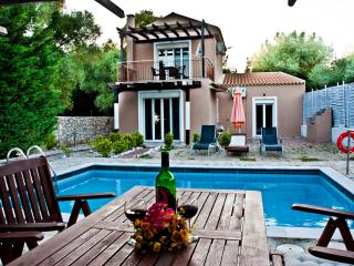 LUXURY VILLA WITH PRIVATE POOL, 0.4KM FROM BEACH,A, Argostolion