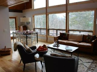 Two Creek Hill Rental Chalet- 4BR, 3 Acres, Hot Tub, Privacy, 6 Minutes From Stowe