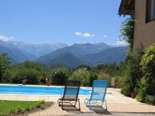 Gite with amazing views of the Pyrenees & a pool, Soueix-Rogalle