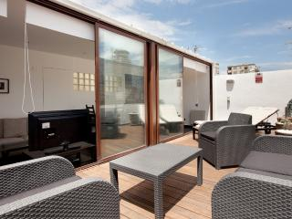 Awesome 2 bed penthouse with private terrace sunny, Barcelona