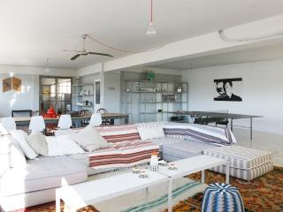 A stunningly converted warehouse. Views. Sleeps 7, Athens