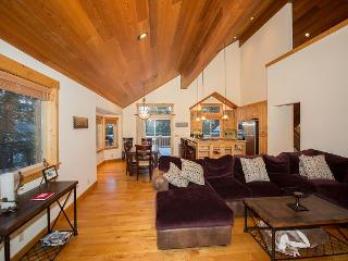 Gorgeous Tahoe Donner 4 BR Walking Distance to Trout Creek Rec Center, Truckee