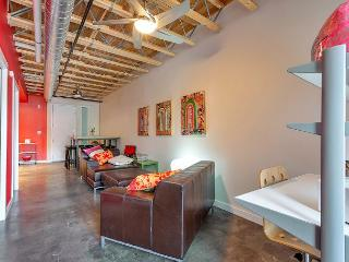 1BR/1.5BA East 6th, Colorful and Modern Two Story Loft, Sleeps 6, Austin