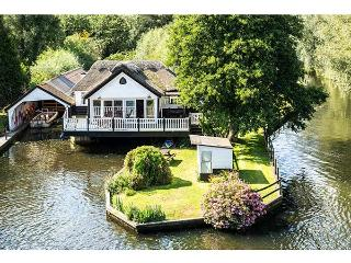 SOUTHOVER river frontage, hot tub, 5-seater boat in Wroxham Ref 904316
