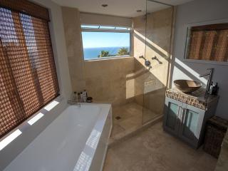 Camps Bay Luxury 2 bedroom furnished apartment, Bakoven
