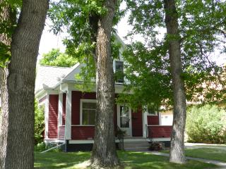 Livingston Red House - Charming, Cozy 3BR 2.5BA