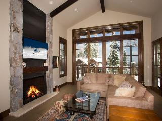 Luxury Ski in/Ski out Townhome in Northstar - Hot Tub and Sleeps 10, Truckee