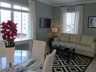 CHIC MIAMI BEACH CONDO BY THE BEACH & BOARDWALK, Miami Beach