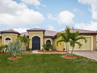 Holiday Villa Black Pearl by the canal with pool, Cape Coral