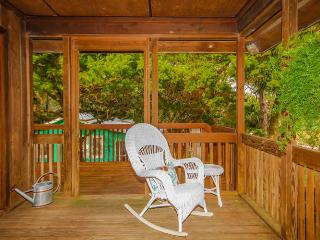 Jack's Tybee Treehouse- Great 2 Bedroom Vacation Home for Relaxation Amongst The Trees, Isla de Tybee