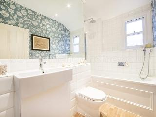 Lovely traditional English flat located in Battersea