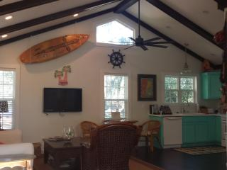 New Luxury Cottage, Great Location, Duck Pond on Street, Free Bikes & Beach Chairs & Washer / Dryer, Isla de Saint Simons