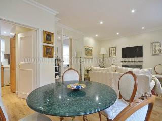 Spacious 2 bedroom mews house with 2 bathrooms and outdoor terrace in Notting Hill