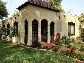 La Casita ~ Spanish Bungalow with Hot Tub!, Napa
