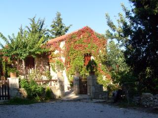 Quiet Cottage ManolisHouse with Pool (max 3 per.), Douliana