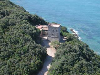 CHARMING VILLA, SEAFRONT WITH PRIVATE BEACH ACCES, Talamone