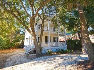Little Tara- Antebellum style Porches! Pet-Friendly! Great Location ~ Walking distance to Pier and Shops!, Tybee Island
