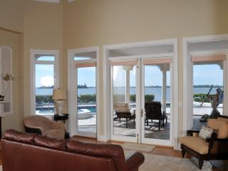 Dolphin Point - Riverfront 6b/R Pool Home, Vero Beach